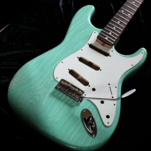 With Green A Black Back Also It Has Amber Volume And Tone Controls Cream Or Parchment Pickguards Binding Pickup Covers Are There Any